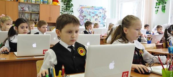Дети в школе за компьютерами